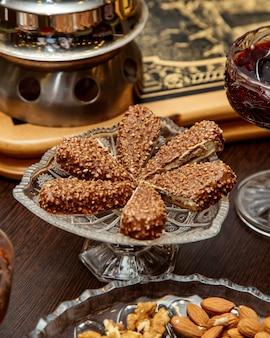 クリスタル皿で提供されるナッツチョコレートデザート