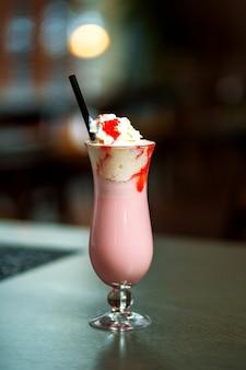 ホイップクリームとイチゴシロップ入りストロベリーミルクセーキ