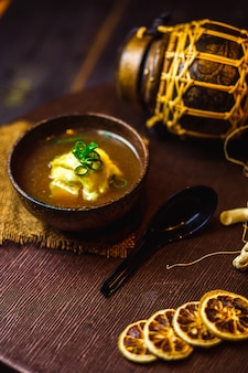 さいの目に切ったねぎを添えた中華スープのボウル