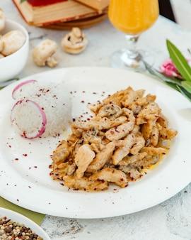 Сливочная курица с грибами подается с рисом