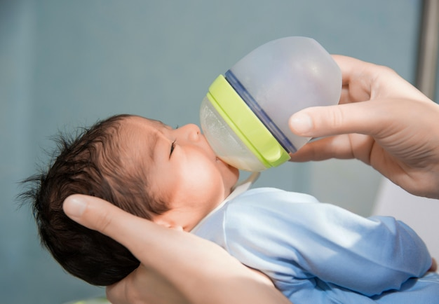 生まれたばかりの赤ちゃんは病院で小さなボトルから授乳されています
