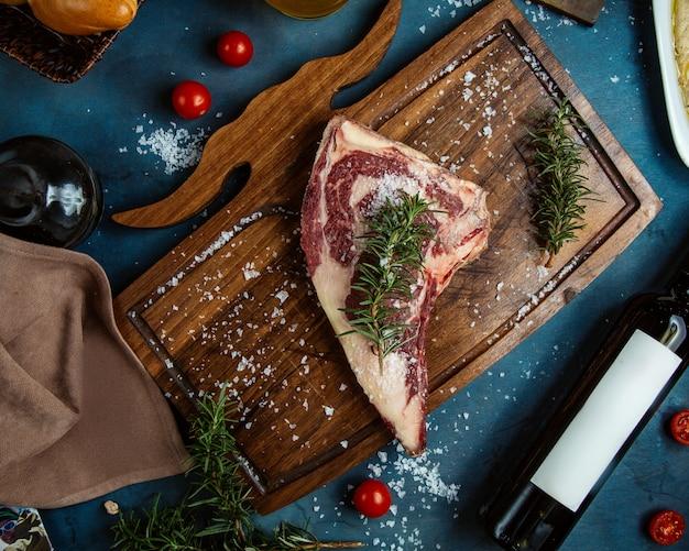 ローズマリンとコーシャ塩を添えた生ステーキの平面図