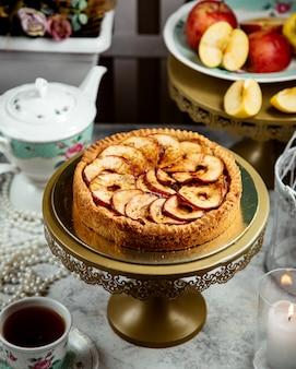 シナモンと上にたくさんのパイスライスとアップルパイ