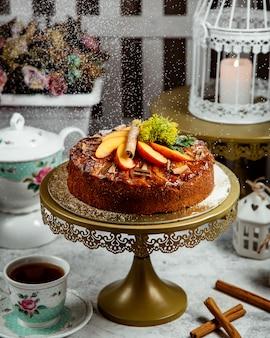フルーツとシナモンの上の焼きたてのケーキ