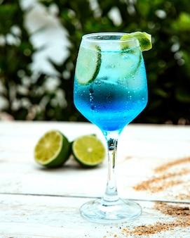 Голубой напиток с ломтиками лайма