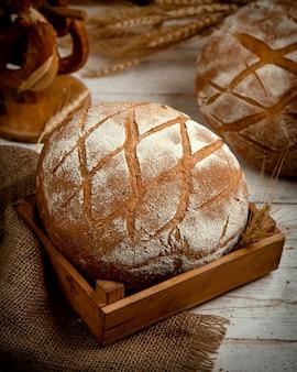 小麦粉をのせたパン
