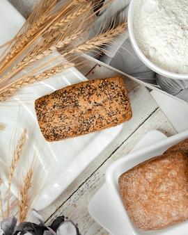 ケシと小麦の枝をトッピングしたパンの塊