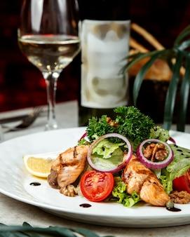 ハーブと魚のフライのミックスサラダ