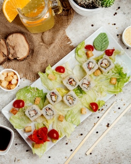 寿司のサラダ添え