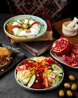 Овощной салат и тарелка с гранатами