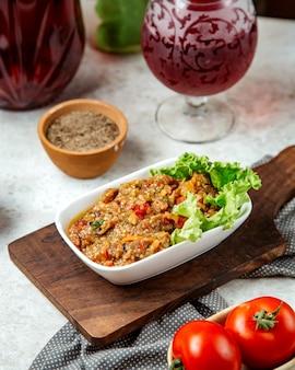 Салат барбекю на деревянной доске