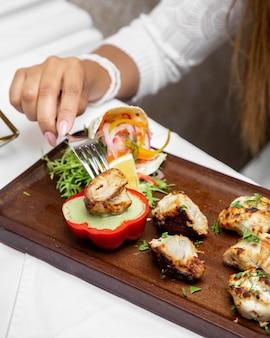 Жареная курица с тонко нарезанным луком и соусом из красного перца