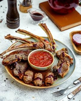 真ん中にトマトのアジジ添え肉ケバブ