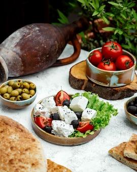 Салат из помидоров и белого сыра с оливками