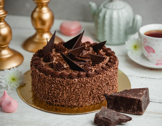 チョコレート片で飾られたチョコレートケーキ