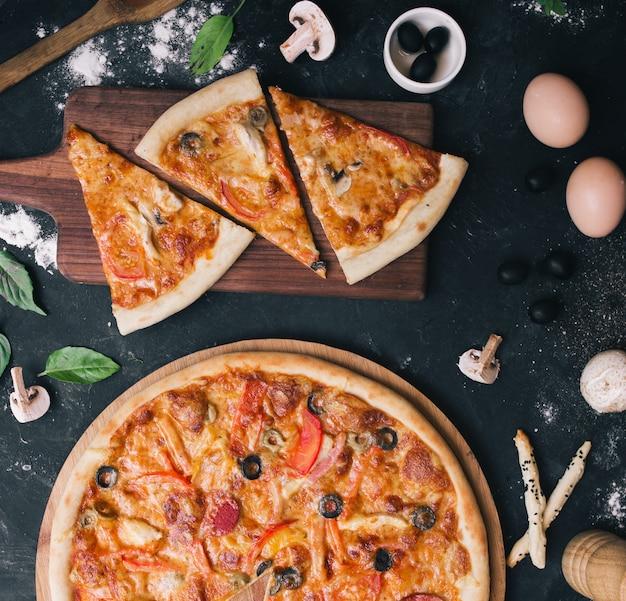 キノコとペパロニのピザ