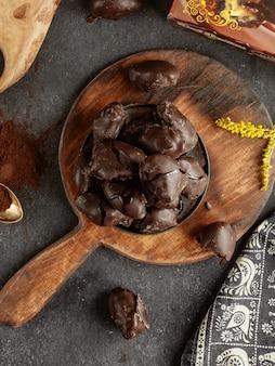 Шоколадная хурма на деревянном подносе