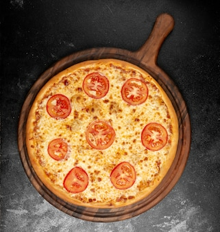 Хрустящая пицца с сыром и помидорами