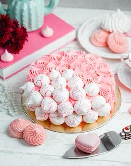 クリームとメレンゲで飾られたケーキ