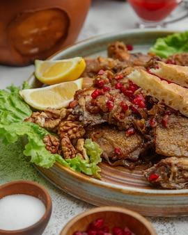 ザクロとクルミで調理した肉