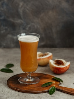テーブルの上の桃ジュースと桃