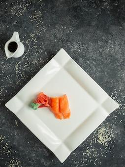Сашими подается с имбирем, васаби и соевым соусом