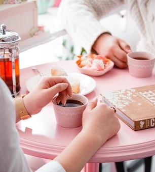 Пара пьет чай со сладостями