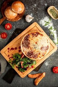 Воздушный хлеб, посыпанный кунжутом и помидорами с зеленью