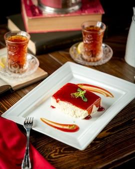 カッテージチーズケーキとお茶を注いだキャラメルシロップ