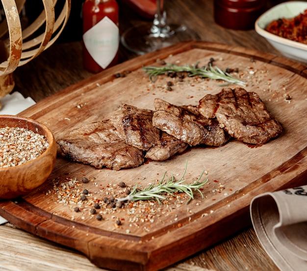 木の板にスパイスで揚げた肉の部分