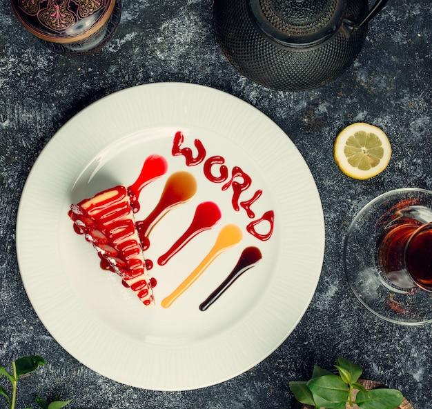 ストロベリーシロップトップビューとチーズケーキ