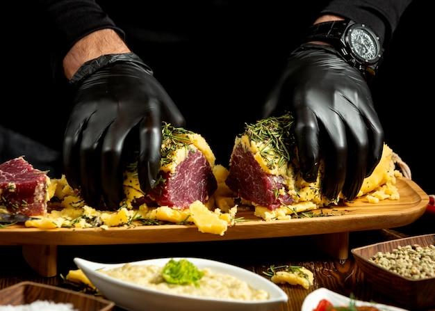 Мясной рулет с картофельным пюре, разрезанный пополам