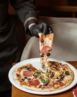 ソーセージ、オリーブ、おろしチーズのピザ