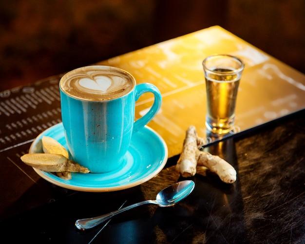 一杯のコーヒーとテキーラのショット