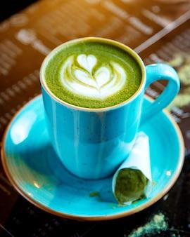 緑色の泡を含む飲料