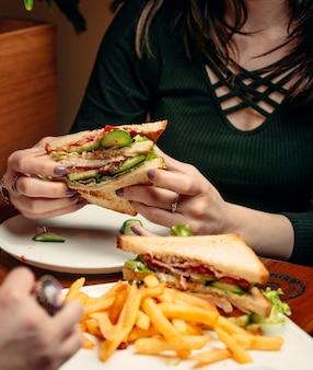 テーブルの上のクラブサンドイッチ