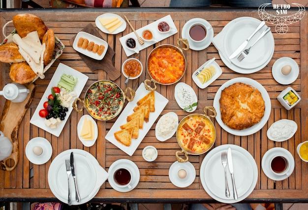 新鮮な朝食テーブルトップビュー