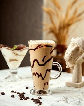 Кофейный напиток с шоколадным сиропом внутри