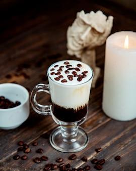 ホイップクリームとコーヒー豆の上にコーヒーカクテル