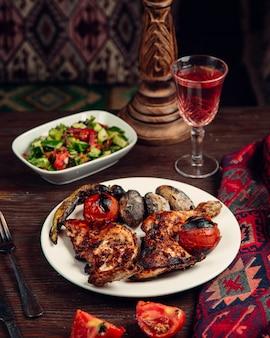 グリルチキンと野菜とサラダ