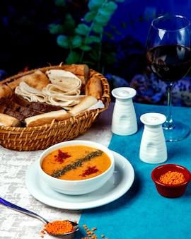 赤唐辛子と乾燥ハーブ入りレンズ豆のスープ