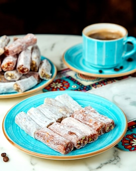 Лукум с орехами и чашкой кофе