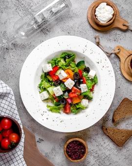 Овощной салат с белым сыром