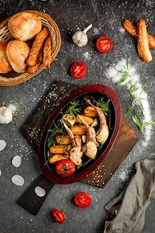 土鍋で自家製ジャガイモと肉リブ