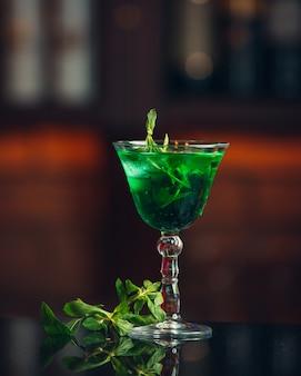テーブルの上の緑のタラゴンレモネード