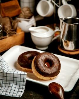 Пончики с шоколадной глазурью