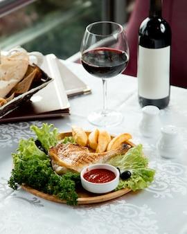 フライドチキンとポテト、赤ワイン
