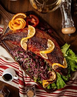 魚のフライとレモンと玉ねぎ