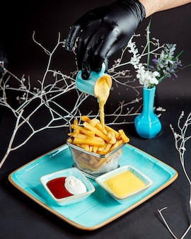 Жареный картофель с плавленым сыром сверху