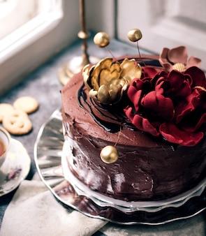 花で飾られたチョコレートケーキ